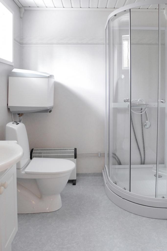 Badrum med wc, duschplats och plats för tvättmaskin
