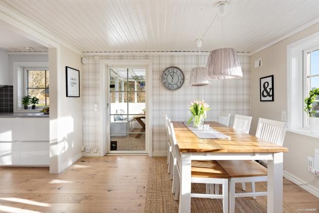 Köket är smakfullt renoverat med ljusa ytskick. Från köket når man altanen och uteplatsen.