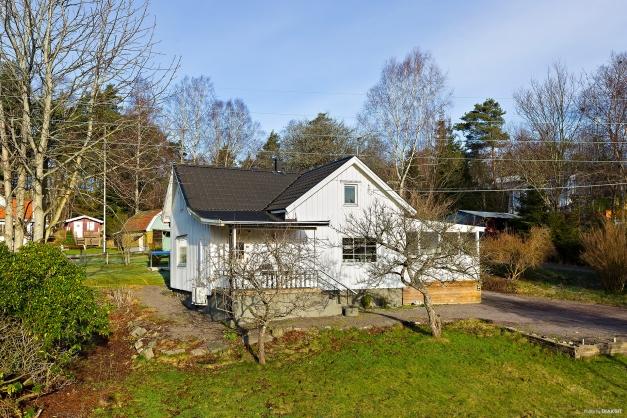 En mysig och välplanerad villa med stor trädgårdstomt.