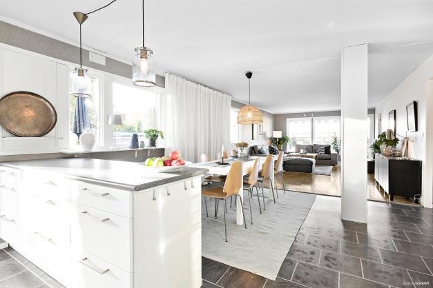 Kök i öppen planlösning med vardagsrummet