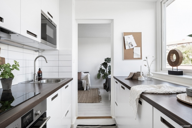 Renoverat kök med ljusa luckor och bra med arbetsytor.