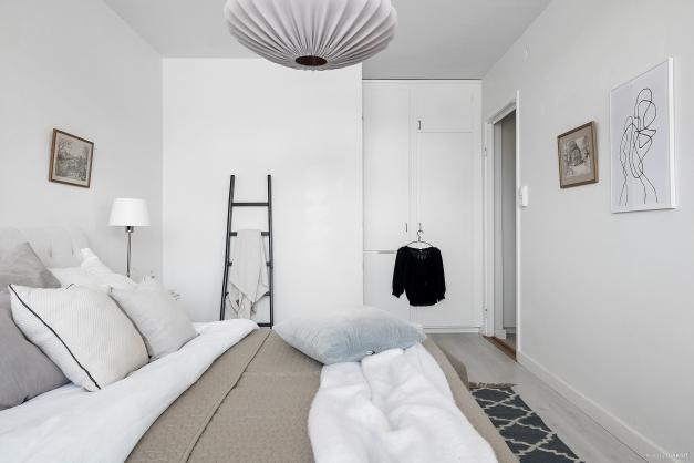 Härligt sovrum med god plats för dubbelsäng och platsbyggda garderober.