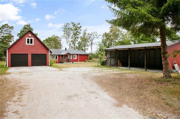 Garage, bostadshus och carport