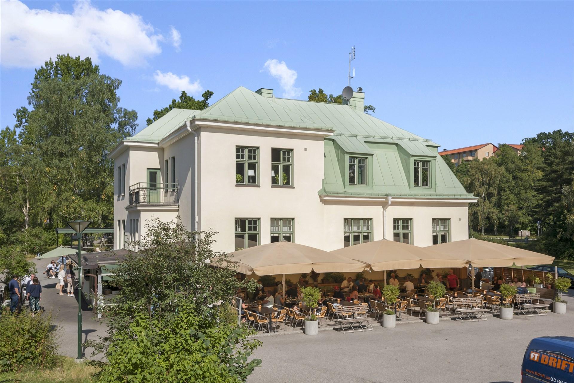 Världsberömda Långbro värdshus ligger i Långbroparken