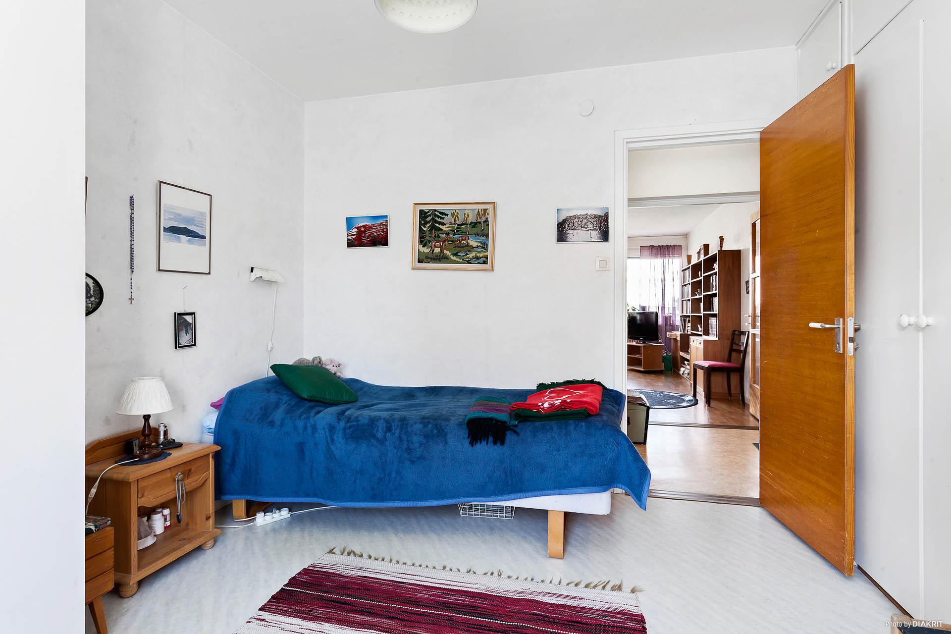Sovrum med plats för exempelvis dubbelsäng och byrå.