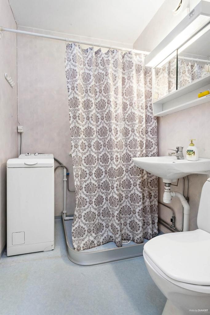 Duschrum med tvättmaskin.