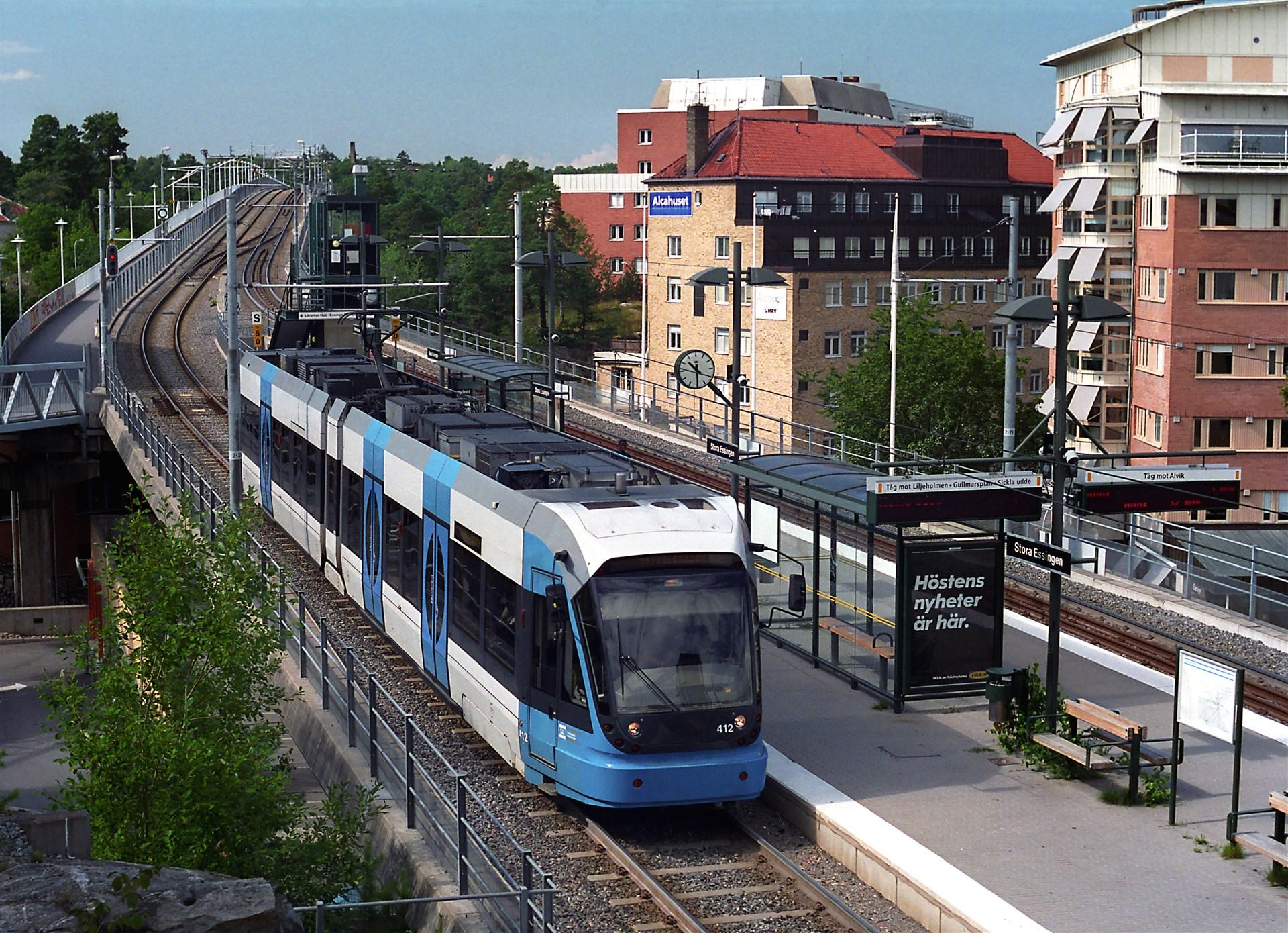 Bra kommunikationer med 1:ans buss (20 m från porten), 91:an och Tvärbanan.