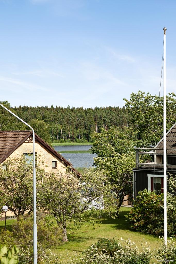 Bild tagen från balkong med del av lillsjön i bakgrunden
