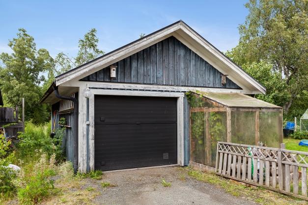 Tillhörande fristående garage med en bilplats