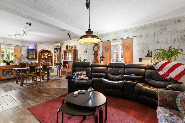 Rymligt vardagsrum med plats både för matsalsbord och sällskapsytor