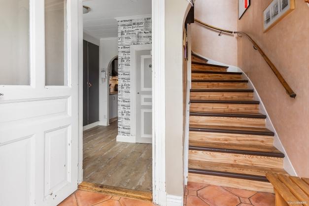 Välkommen in! Hall med trappa till övre plan