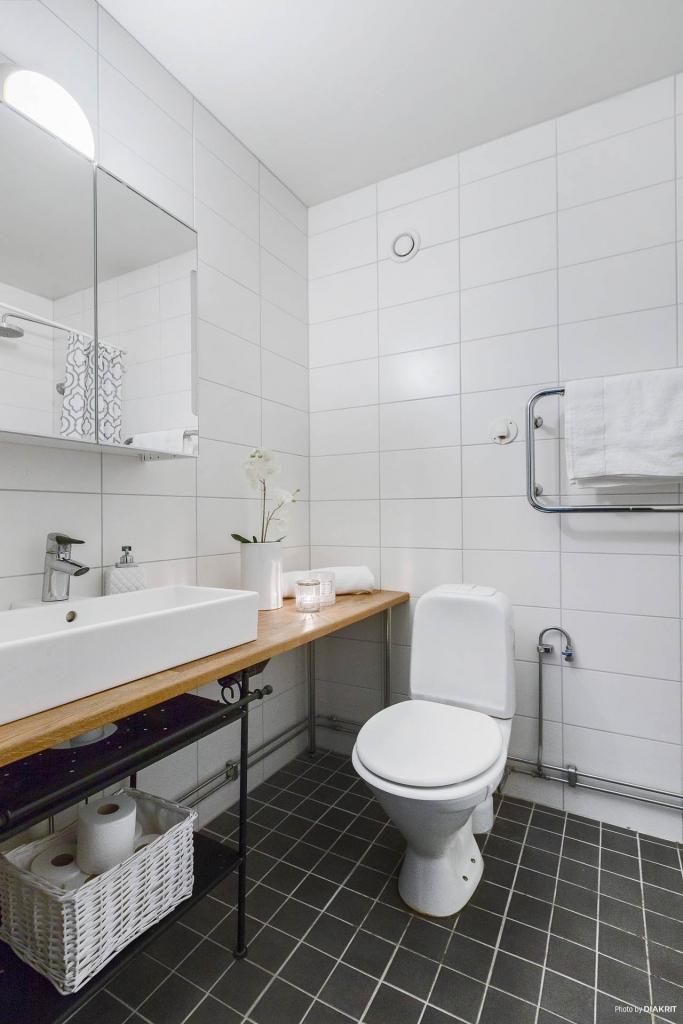 Badrum, praktisk och snygg bänk i ek och golvvärme