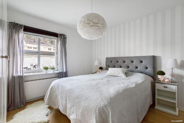 Mysigt sovrum med gott om plats för både dubbelsäng, sängbord och övrig förvaring