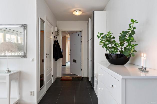 Hall med bra förvaringsmöjligheter och ingång till badrum