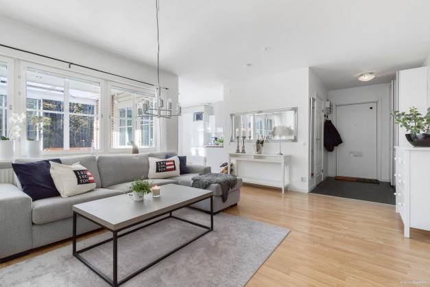 Vardagsrum med gott om plats för önskad möblering