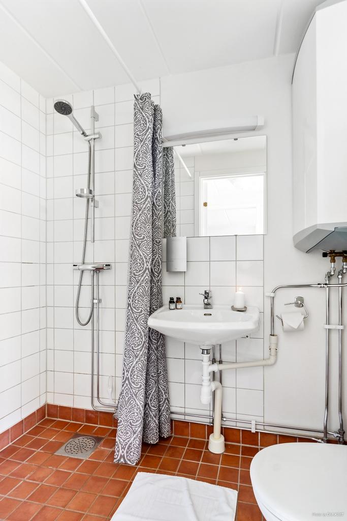 Helkaklat badrum med dusch