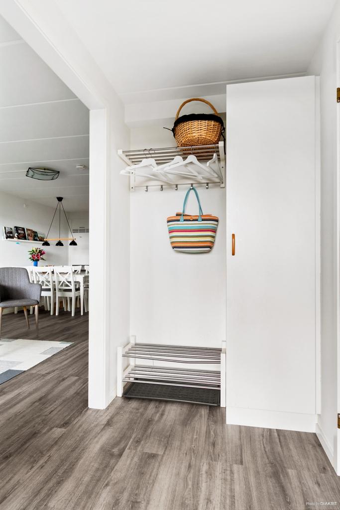 Hall med plats för avhängning och garderob