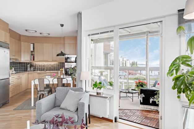 Kök, vardagsrum och balkong
