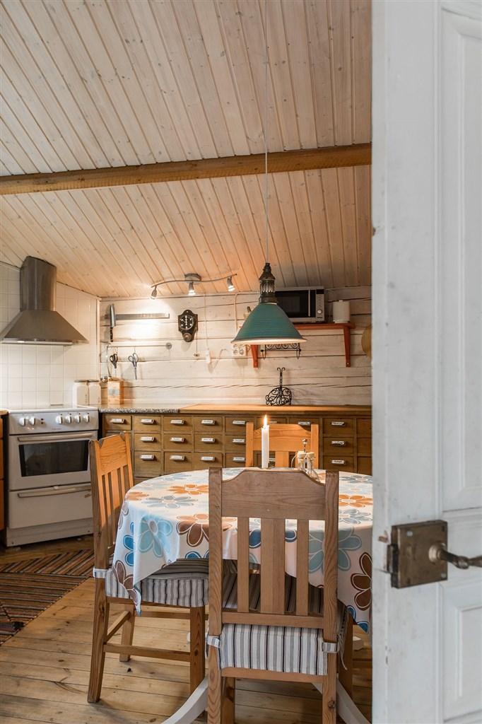 Välkomna in i bostadsstuga nr 2, köksstugan med tillhörande duschrum och sovrum!