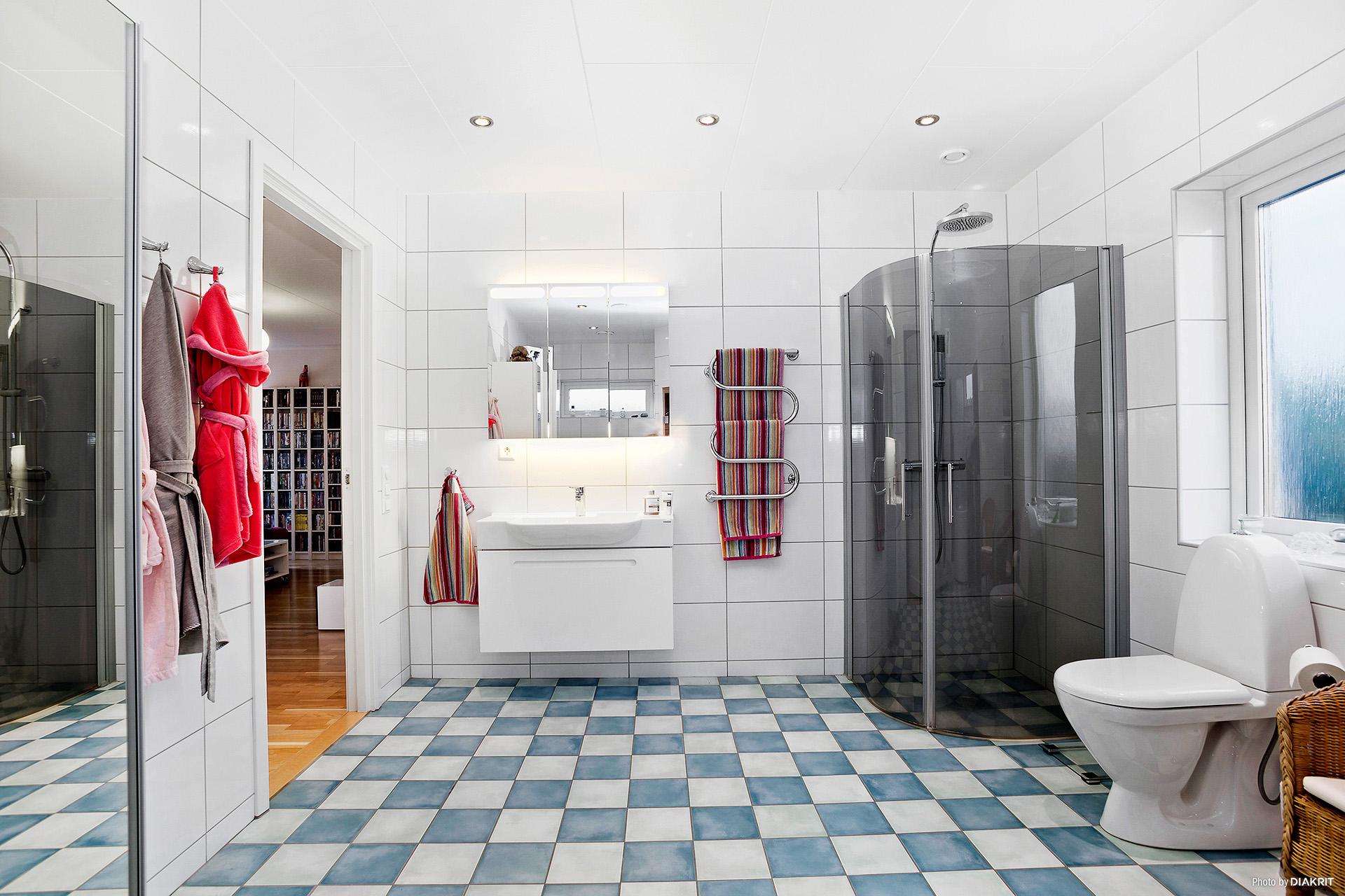 Härligt med gott om plats i badrummet