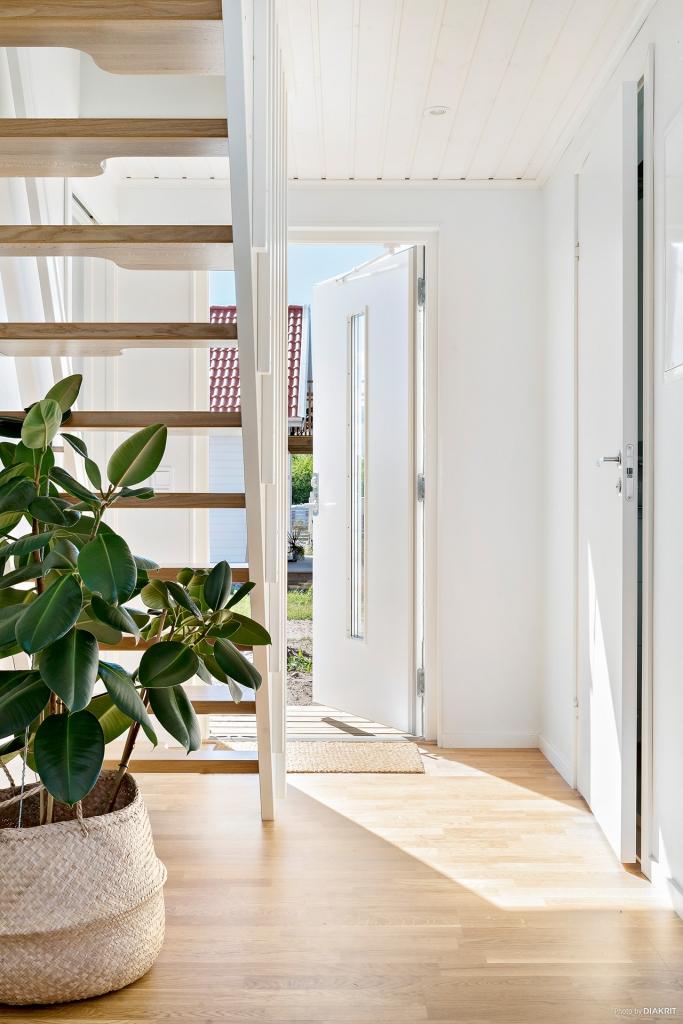 Välkommen in! Parkettgolv som i övriga rum. Ljusa väggar. Härifrån nås sovrummet, badrummet och trappan upp till övervåningen.
