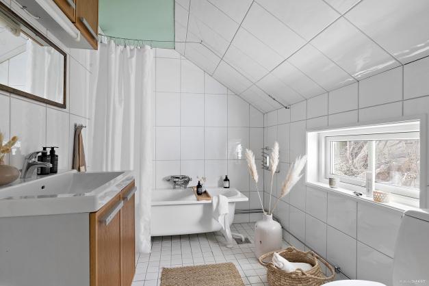 Fräscht helkaklat badrum med badkar