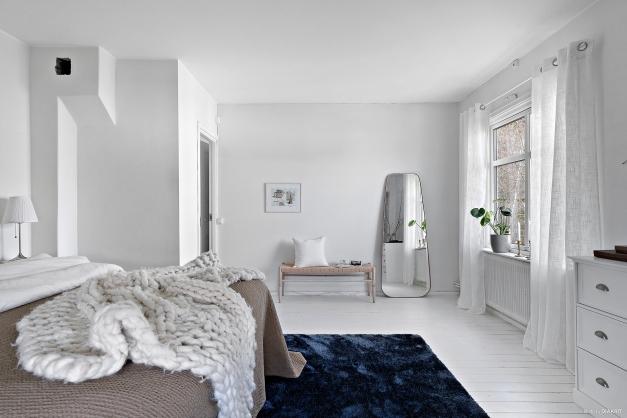 Även sovrum 2 är väl tilltaget med plats för dubbelsäng och möblemang