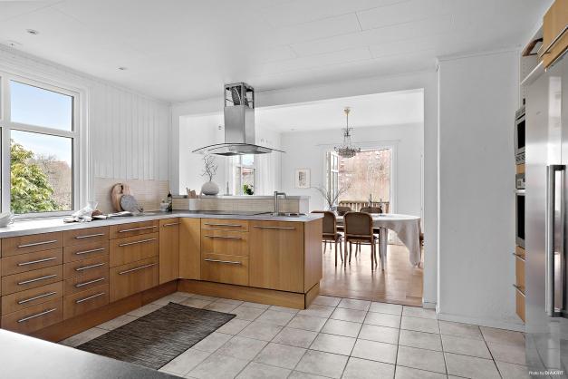 Här erbjuds rejäla bänkytor och gott om plats för umgänge under matlagningen