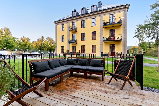 Terrass med gott om plats för möblering