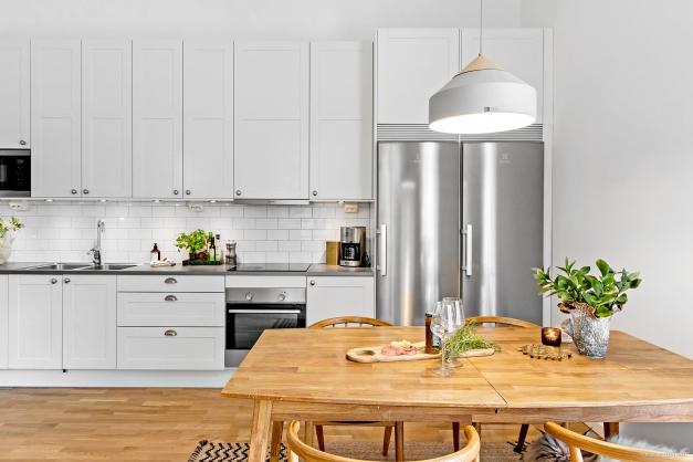 Kök med matplats för gott om gäster
