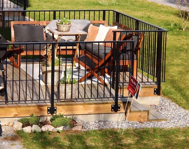 Terrass med gott om plats för möblering. Härlig morgonsol.