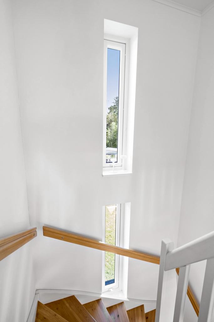 Trappan med moderna fönster.