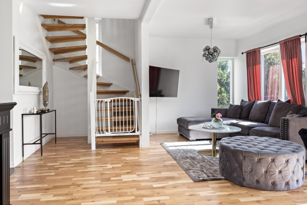 Rymligt rum med trappan upp till andra plan.