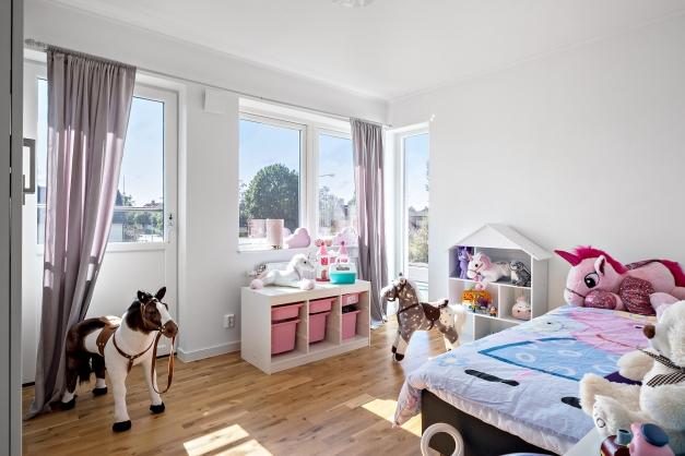 """Barnrum/sovrum med en """"fransk balkong"""""""