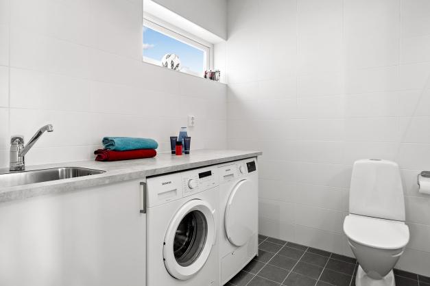 Tvättrum/badrum även en duschhörna, kommod och spegel.