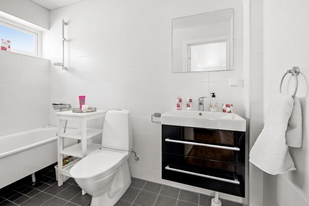 Badrummet på andra plan med badkar.