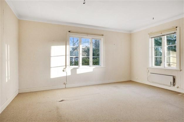 Vardagsrum med fönster åt två håll