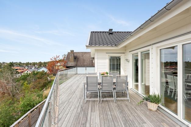 Den stora balkongen utanför kök och vardagsrum
