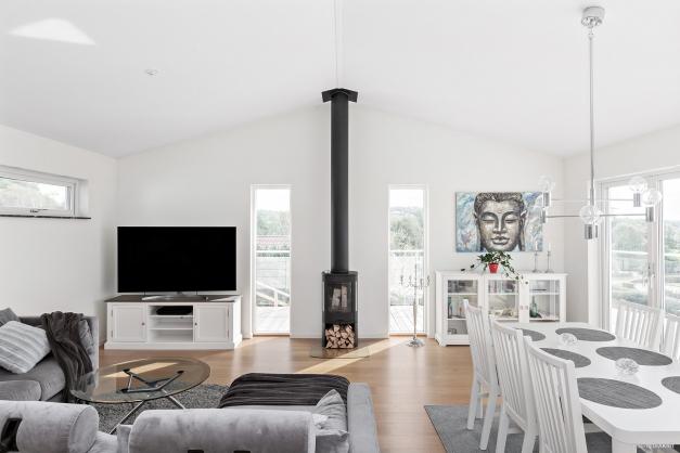 Vardagsrum med braskamin för mys och värme