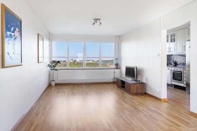 Väl tilltaget vardagsrum med stora fönsterpartier