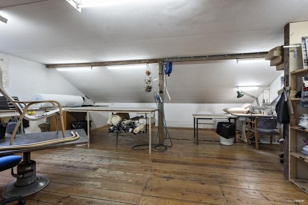I ovanplan finns lokal om ca 100 m² som nyttjats för möbeltapetseringsverksamhet