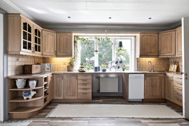 Kök i ek med bra förvaring och gott om arbetsytor