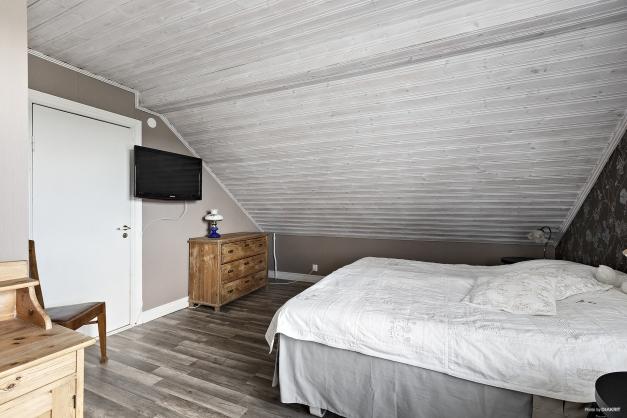 Sovrum med 2 klädkammare
