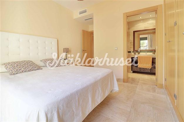 Master bedroom med eget badrum.