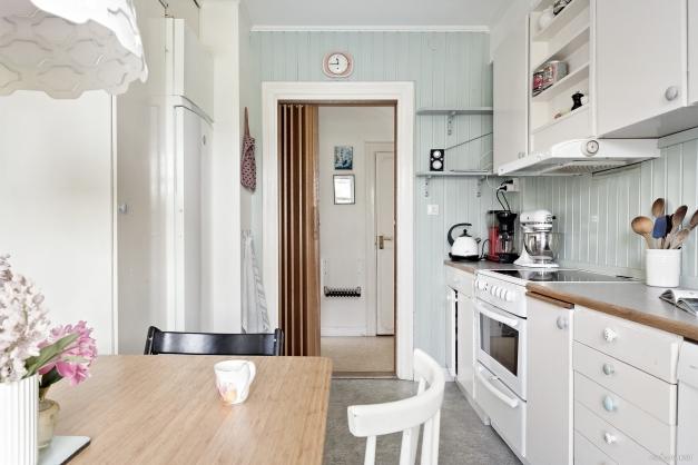 Fint kök med en trivsam färg på väggarna.