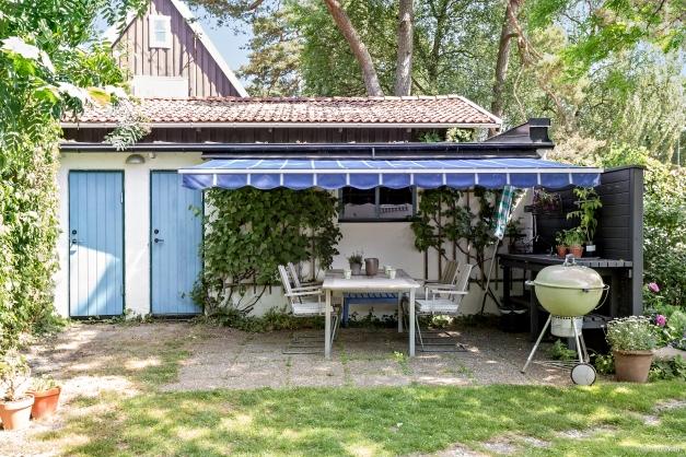 Här finns garage,  förråd och  utekök med vatten och el.