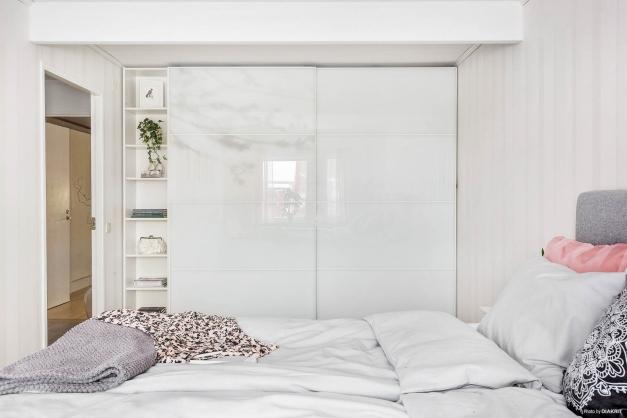 Stort och rymligt med praktisk garderobsvägg i sovrum 1