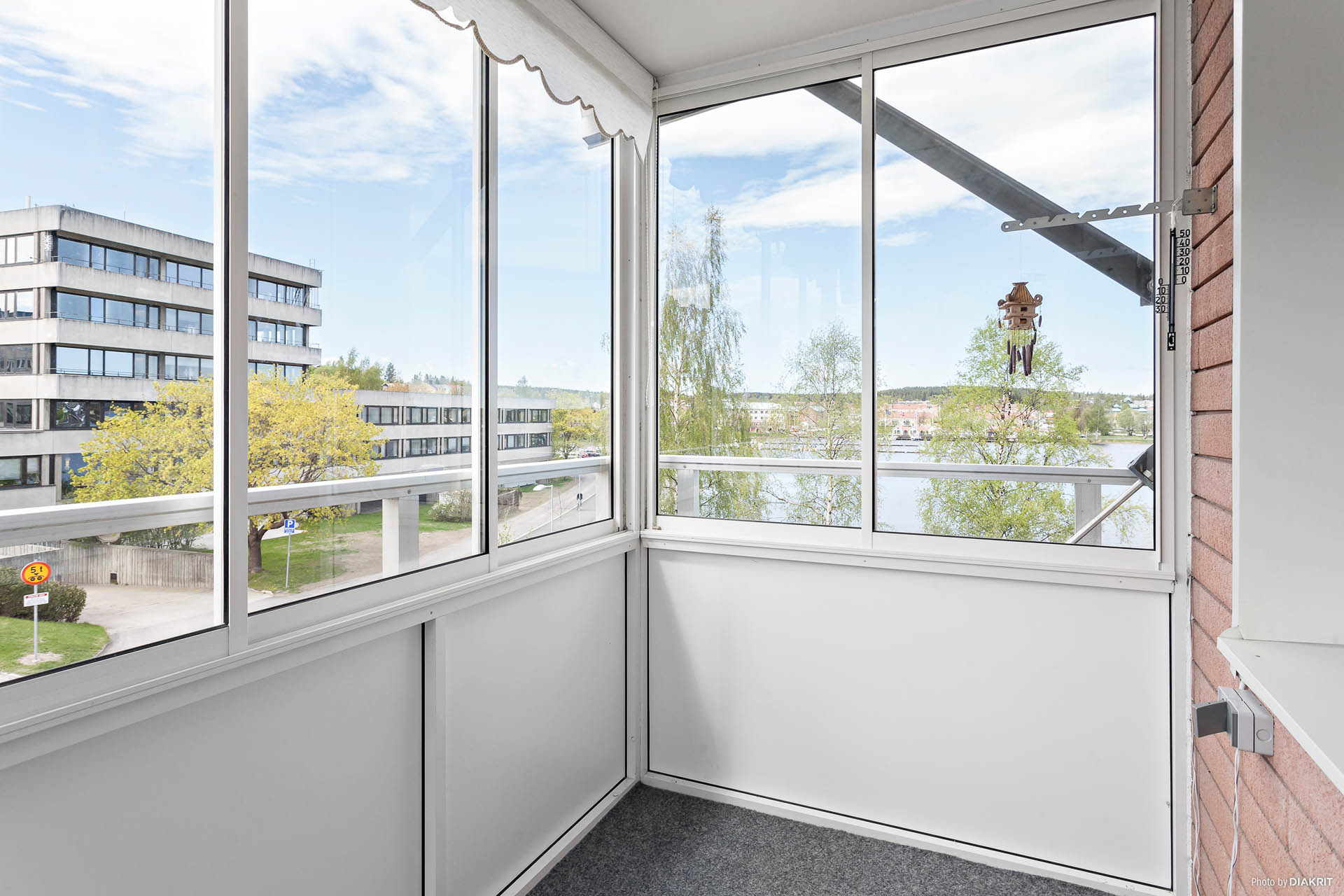 Inglasad balkong med fin utsikt.