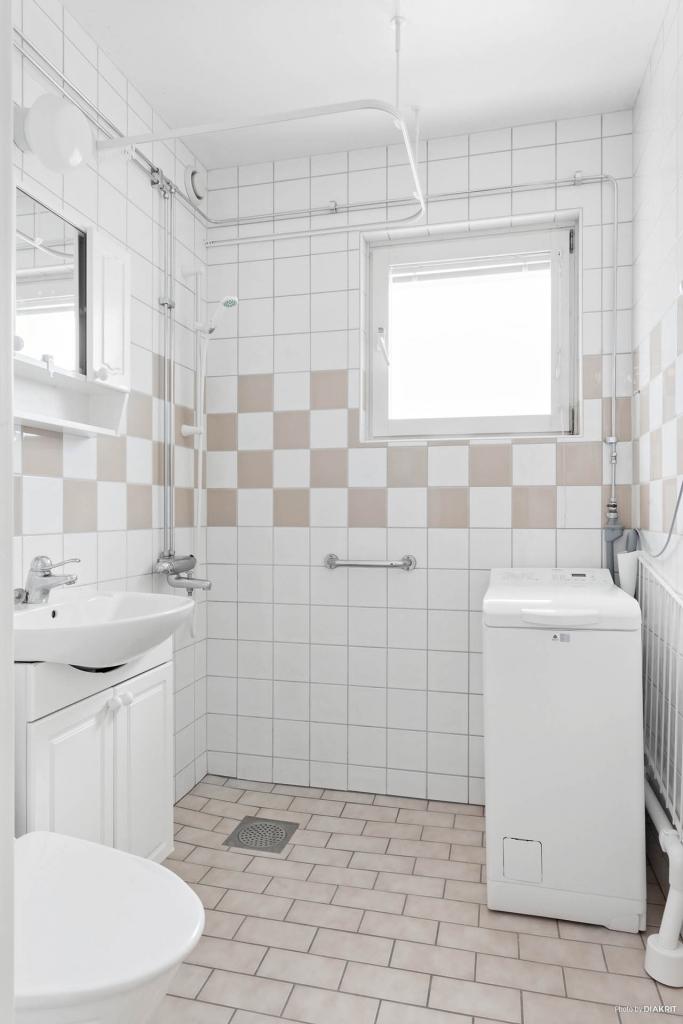 Duschrum med fräscha ytskikt och medföljande tvättmaskin.