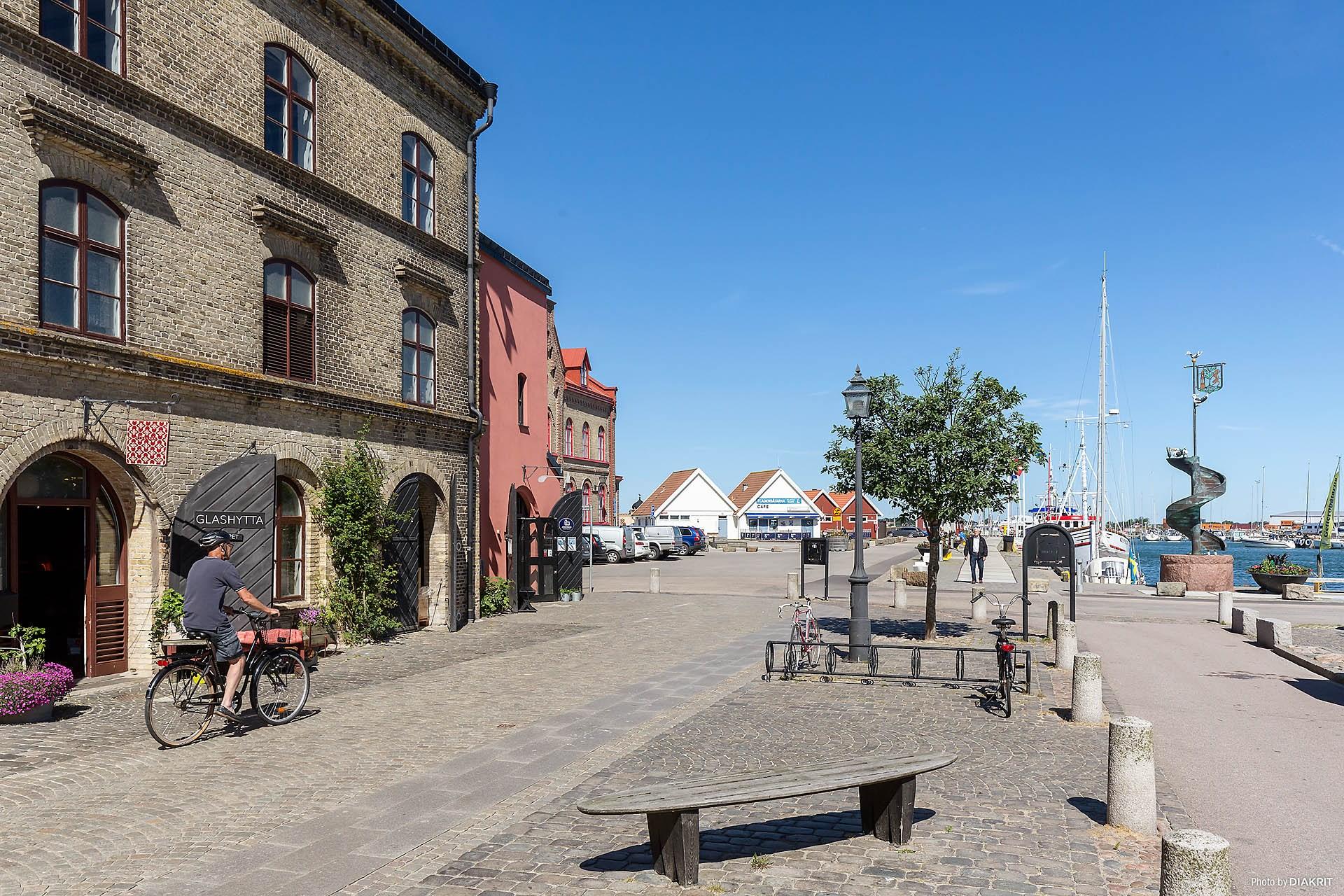 Från varbergs hamn, som ligger centralt i Varberg, tar du enkelt Getteröbåtarna ut till Getteröns småbåtshamn. Det finns också cyckelbana hela vägen ut samt givetvis möjlighet att ta sig med bil.